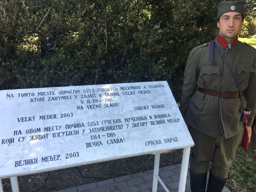 Pamätná tabuľa na srbskom cintoríne padlých v 1. svetovej vojne vo Veľkom Mederi