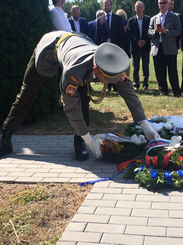 Kladenie vencov pri pamätníku na srbskom cintoríne padlých v 1. svetovej vojne