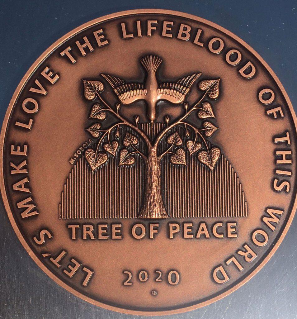Symbol Stromu pokoja s pôvodne plánovaným rokom vysadenia vo Veľkom Mederi